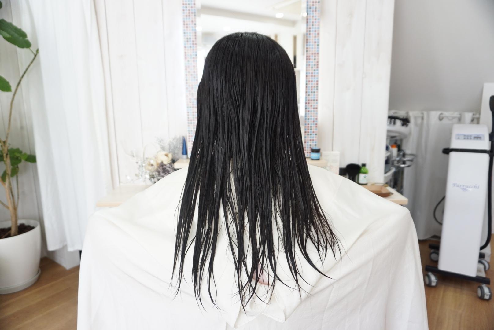シャンプーをした後の女性の髪の毛